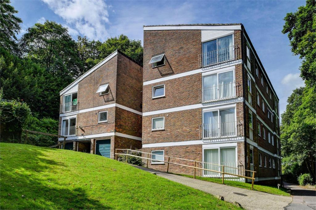 2 Bedrooms Flat for sale in Cedar Court, Haslemere