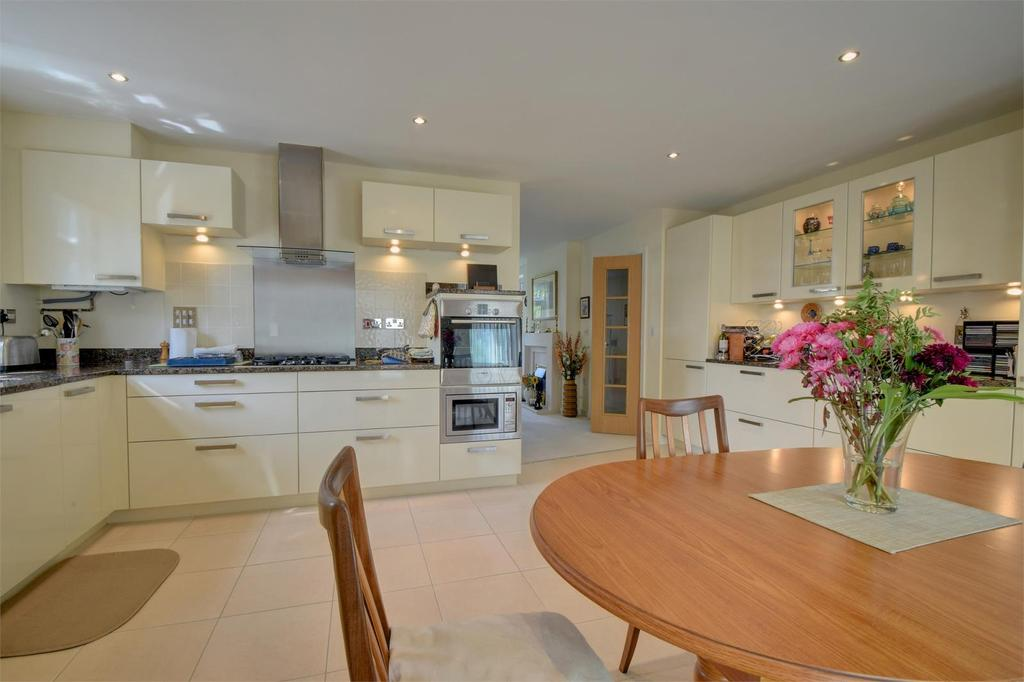 3 Bedrooms Flat for sale in Chilgrove House, Marden Way, Petersfield, Hampshire