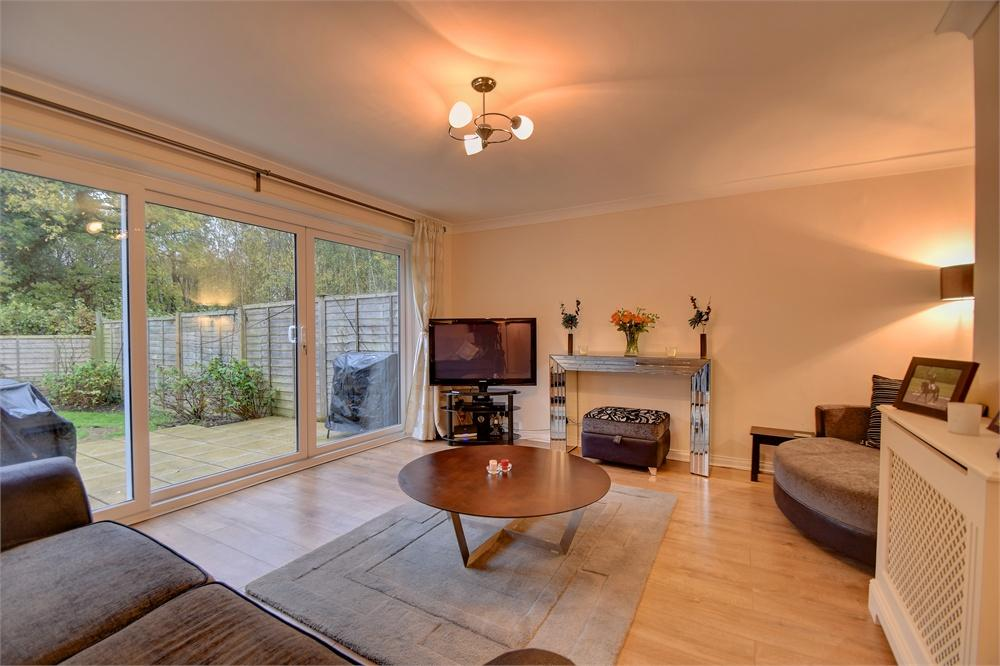 3 Bedrooms Terraced House for sale in Clare Gardens, Petersfield, Hampshire