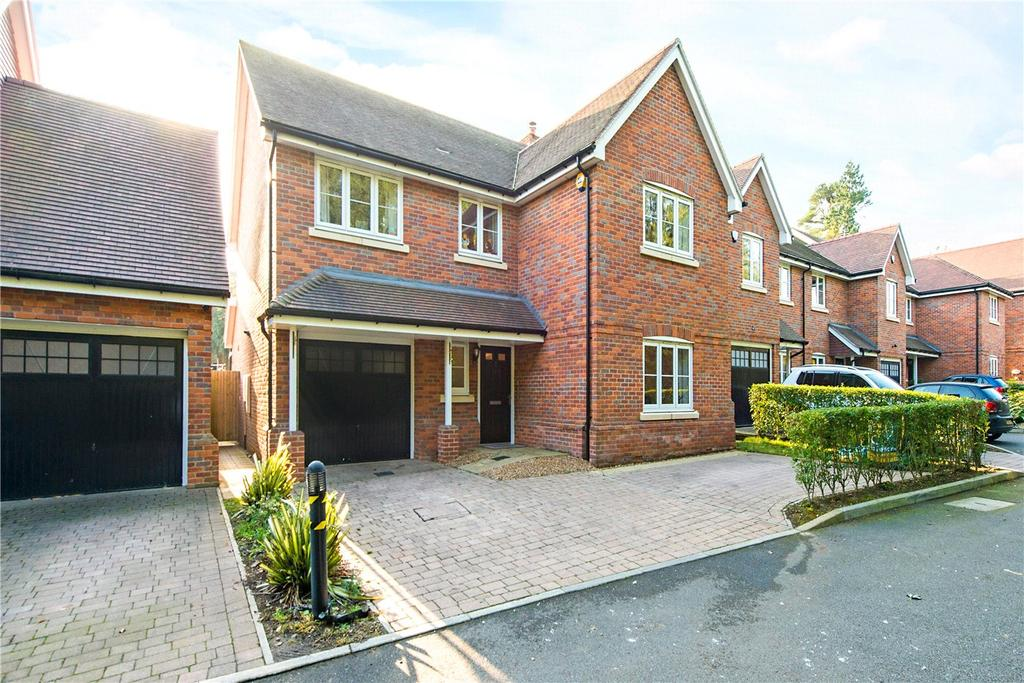 4 Bedrooms Detached House for sale in Terriers Drive, Hazlemere, Buckinghamshire, HP13