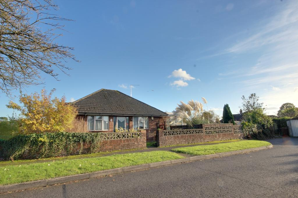2 Bedrooms Detached Bungalow for sale in HORNDEAN