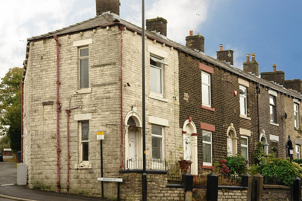 2 Bedrooms End Of Terrace House for sale in Oldham Road, Springhead, Saddleworth