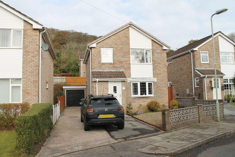 3 Bedrooms Detached House for sale in Fairland Close, LLANTRISANT, CF72 8QH