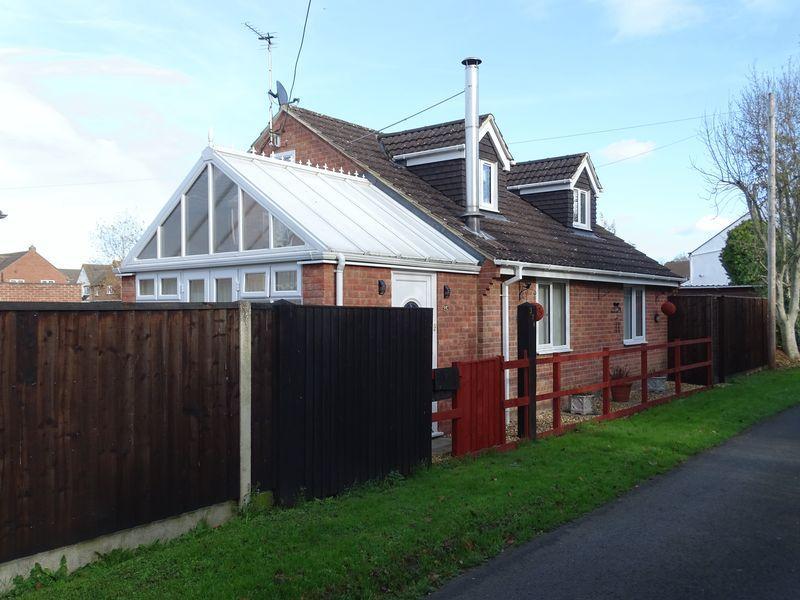 3 Bedrooms Detached House for sale in longleaze Lane, Melksham