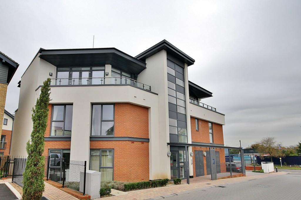 2 Bedrooms Apartment Flat for sale in Acer Grove, Woking