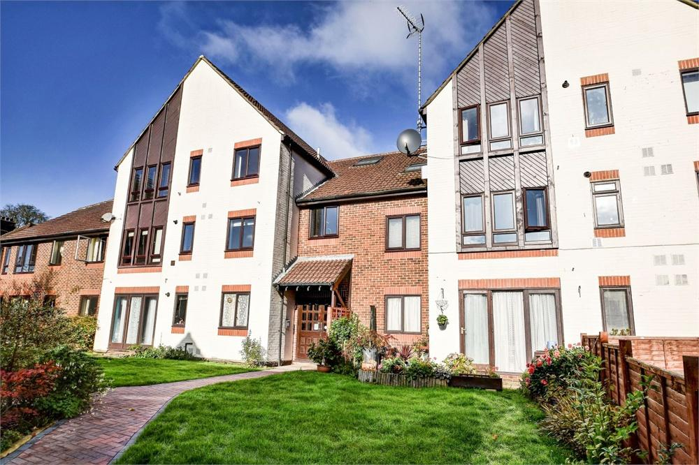 2 Bedrooms Flat for sale in Rex Court, Haslemere, Surrey