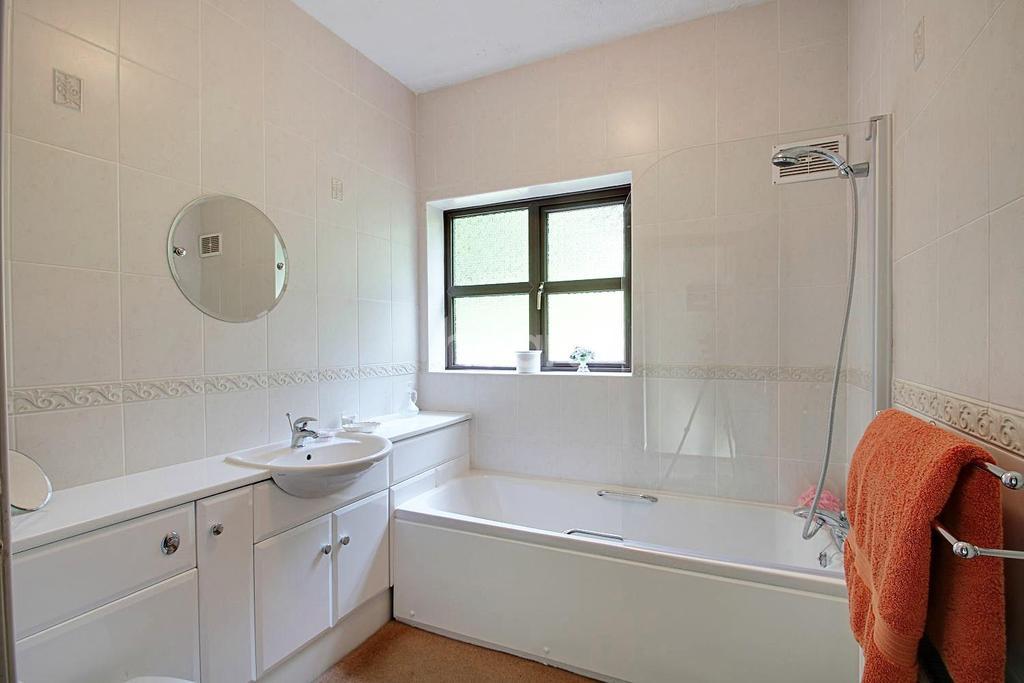 4 Bedrooms Detached House for sale in Berrys Hill, Berrys Grren
