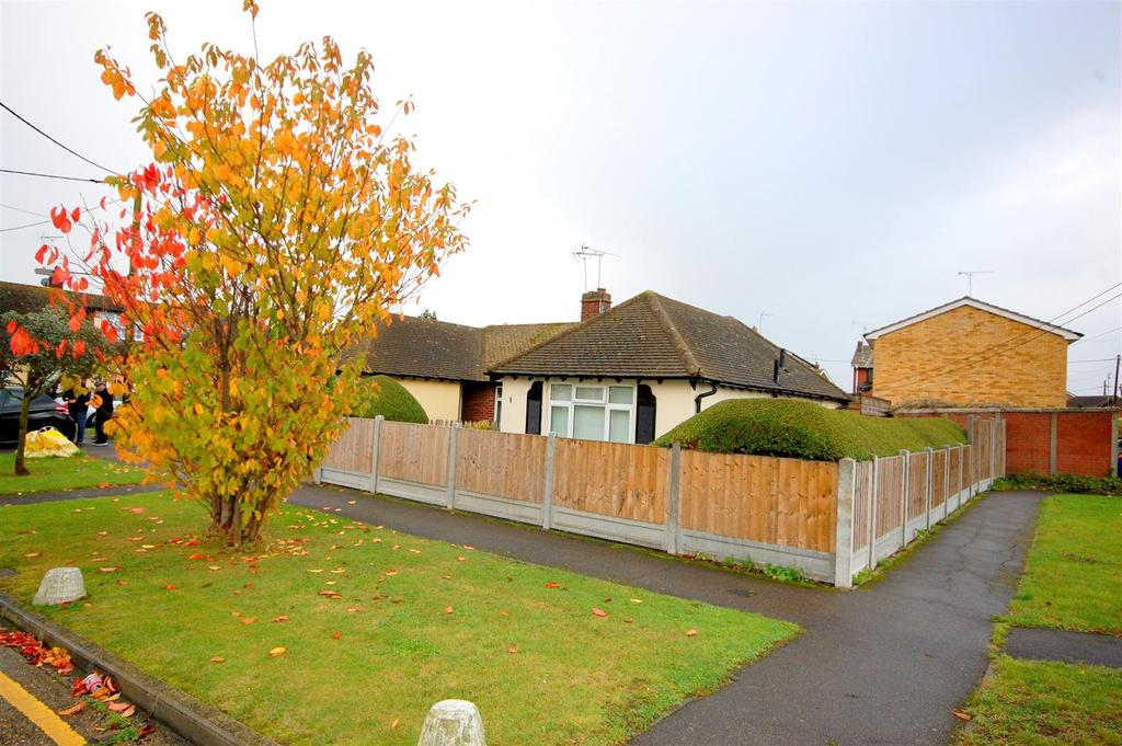 1 Bedroom Semi Detached Bungalow for sale in Gains Close, Canvey Island