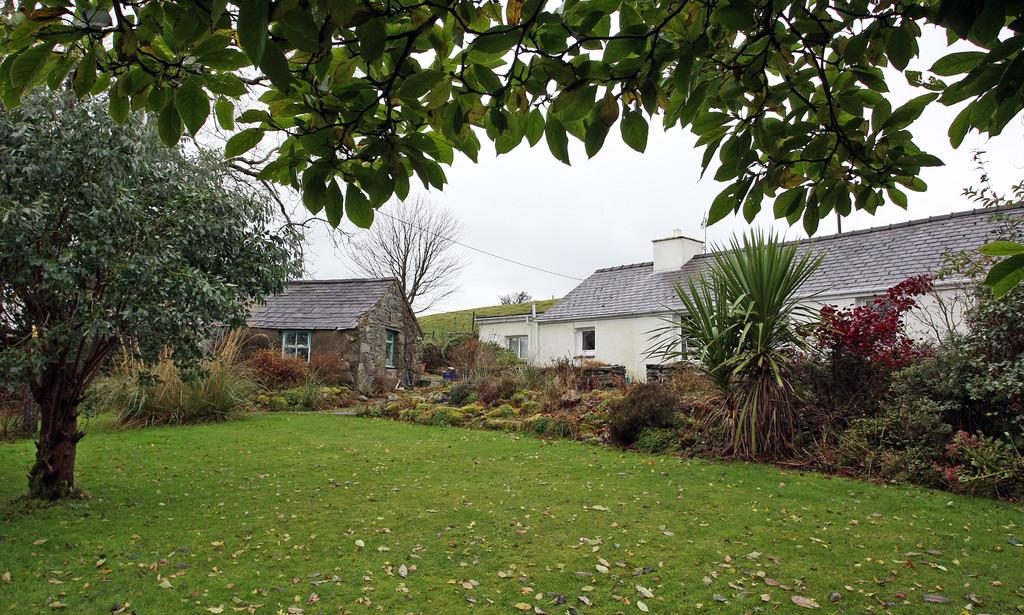 2 Bedrooms Cottage House for sale in Cae Goronwy, Upper Llandwrog, North Wales