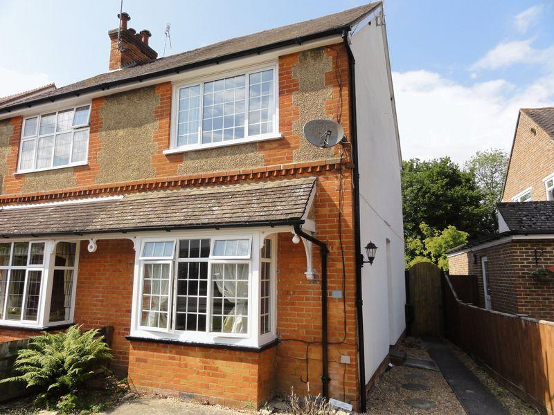 2 Bedrooms Semi Detached House for rent in Mount Road, Cranleigh