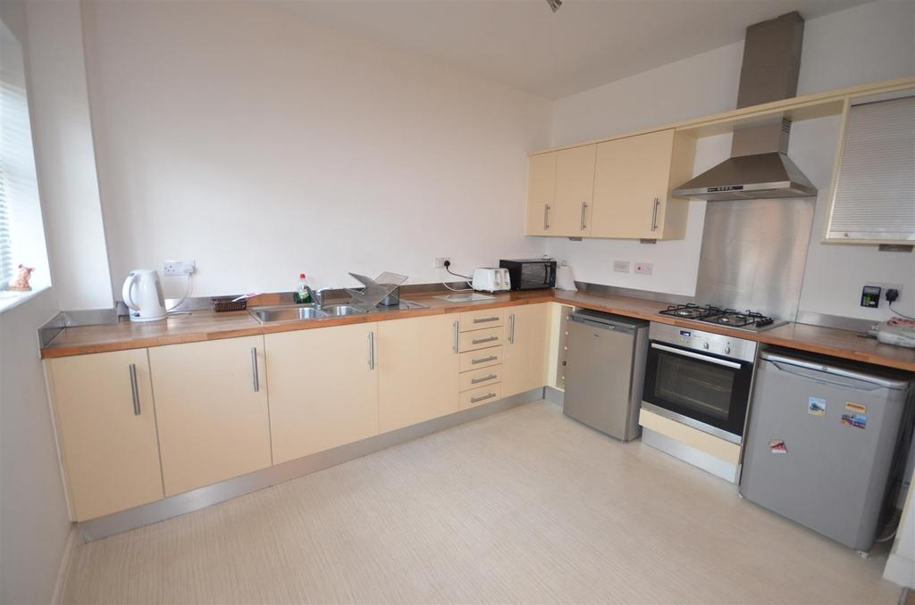 2 Bedrooms Flat for sale in Alden Close, Standish, Wigan