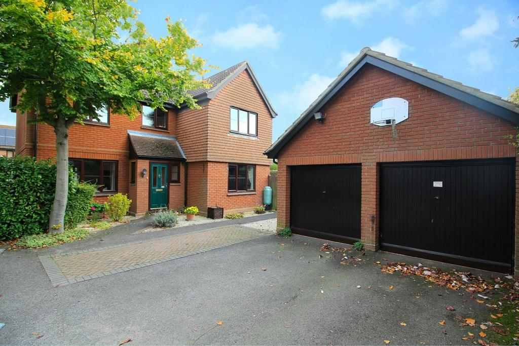 5 Bedrooms Detached House for sale in Curzon Way, Chelmsford, Essex, CM2