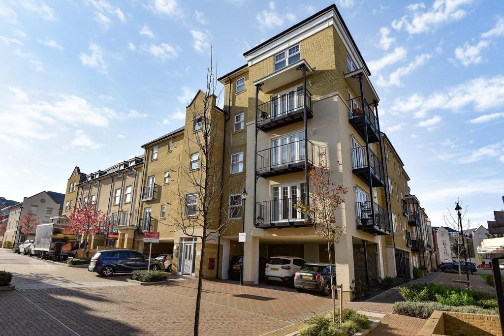 2 Bedrooms Flat for sale in Renwick Drive, Bromley