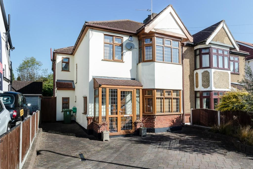 4 Bedrooms Semi Detached House for sale in Hogarth Avenue, Brentwood, Essex, CM15