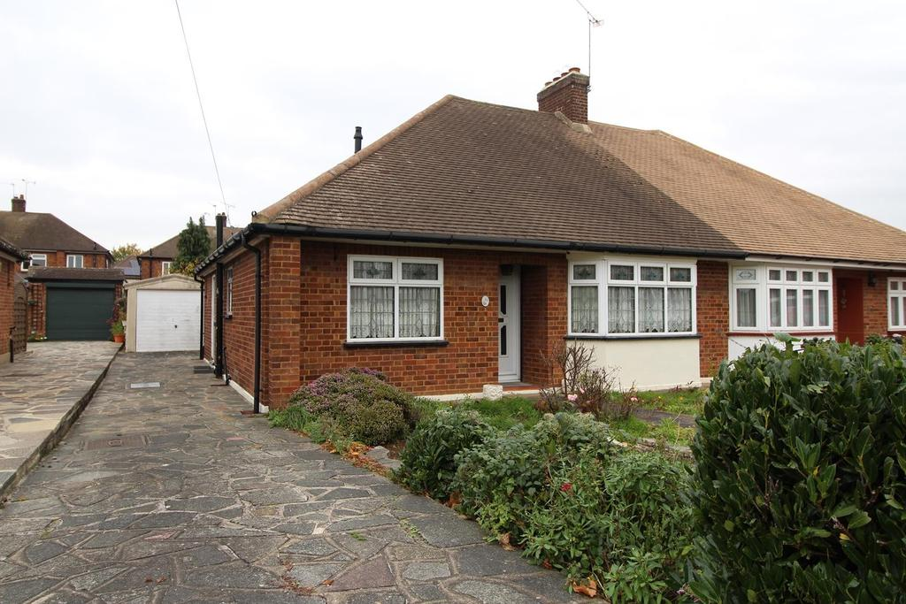 2 Bedrooms Semi Detached Bungalow for sale in Worcester Avenue, Upminster, Essex, RM14