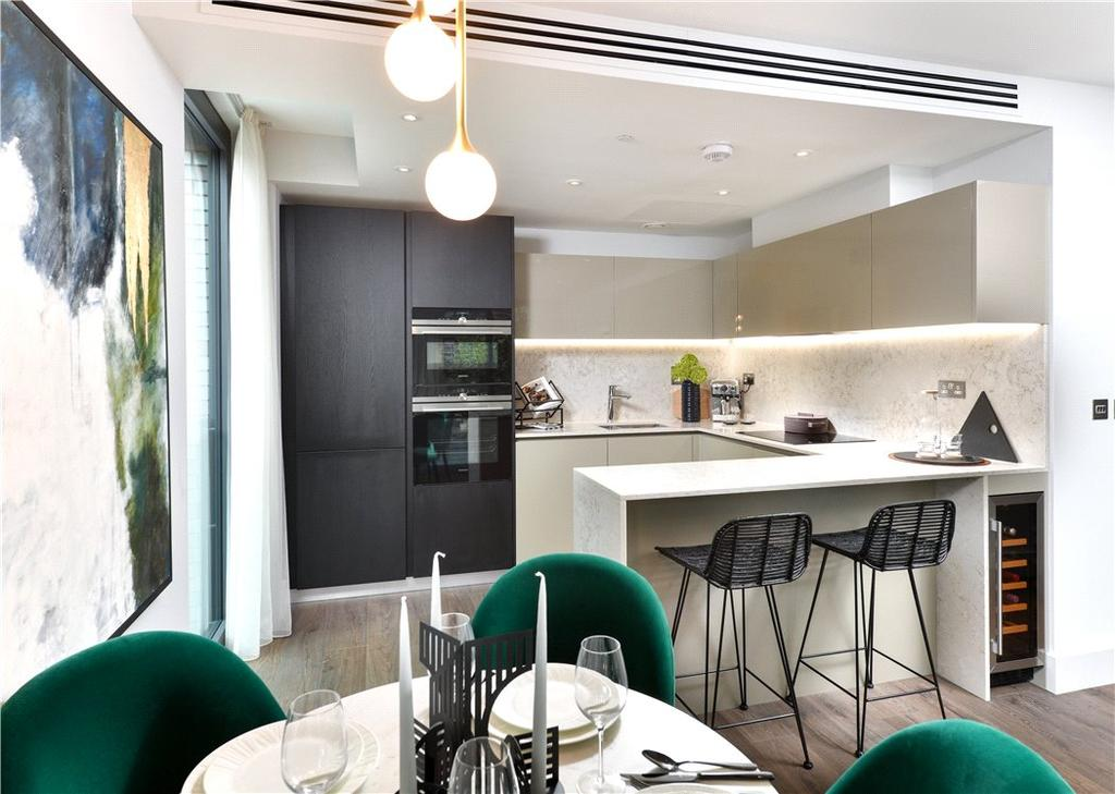 2 Bedrooms Flat for sale in Cassia House, Piazza Walk, Aldgate, London, E1