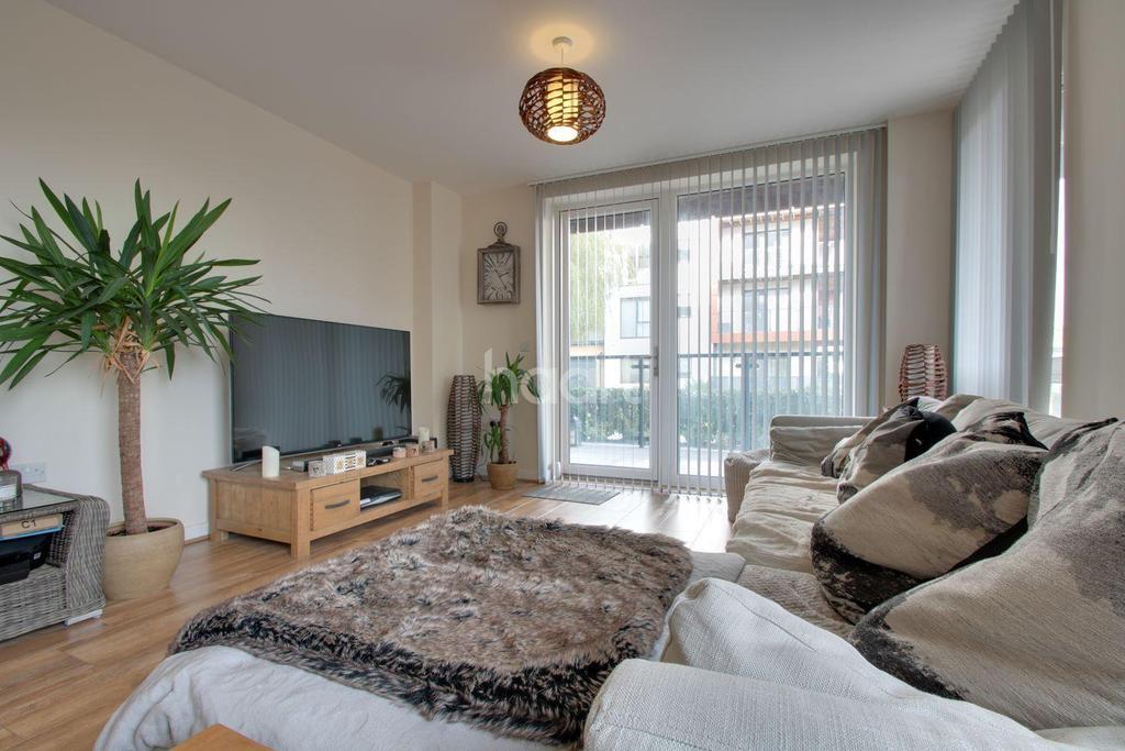 2 Bedrooms Flat for sale in Kings Park, Harold Wood, RM3 0JW