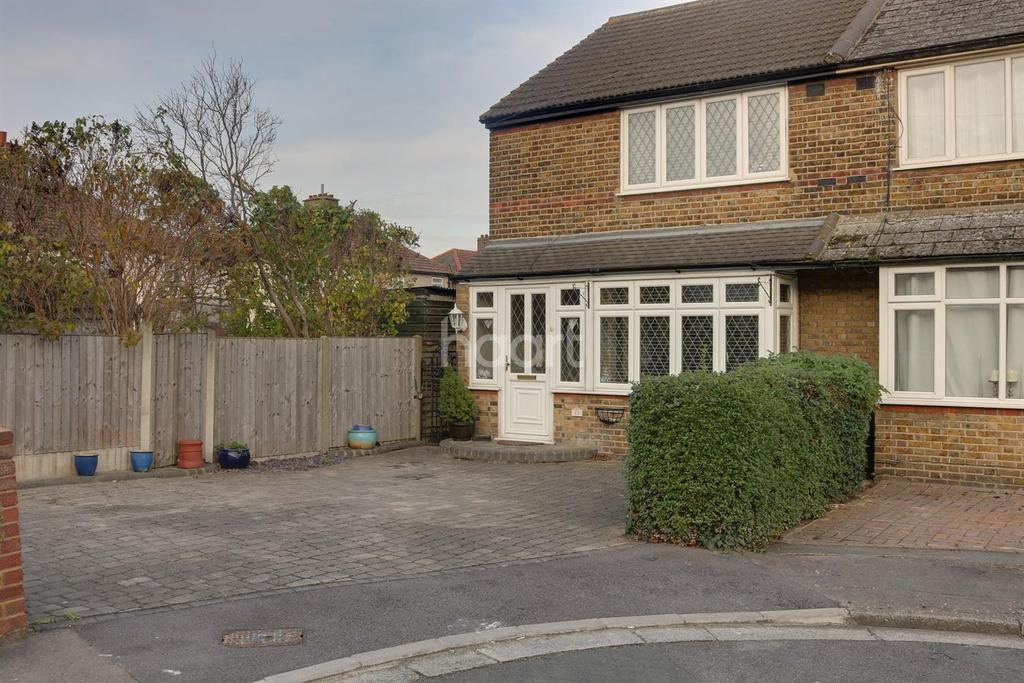 2 Bedrooms End Of Terrace House for sale in Stanford Close, Romford