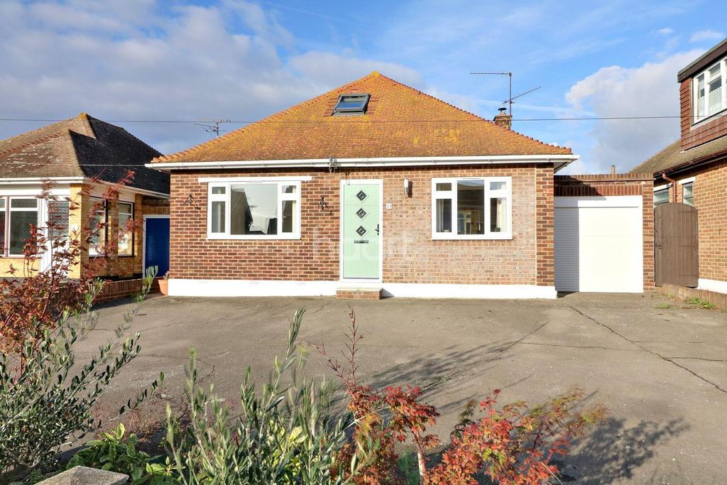 3 Bedrooms Detached House for sale in Leitrim Avenue, Shoeburyness
