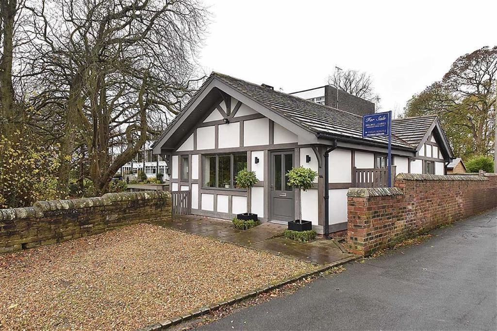 2 Bedrooms Bungalow for sale in Bollin Grove, Prestbury