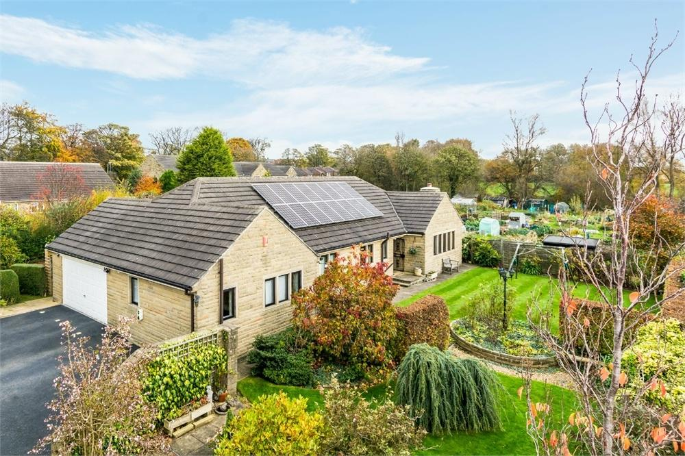 4 Bedrooms Detached Bungalow for sale in 50 Station Lane, Birkenshaw, West Yorkshire