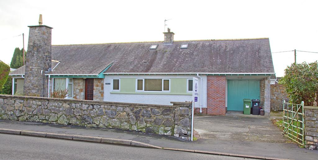 3 Bedrooms Detached Bungalow for sale in Lon Refail, Llanfairpwll, North Wales