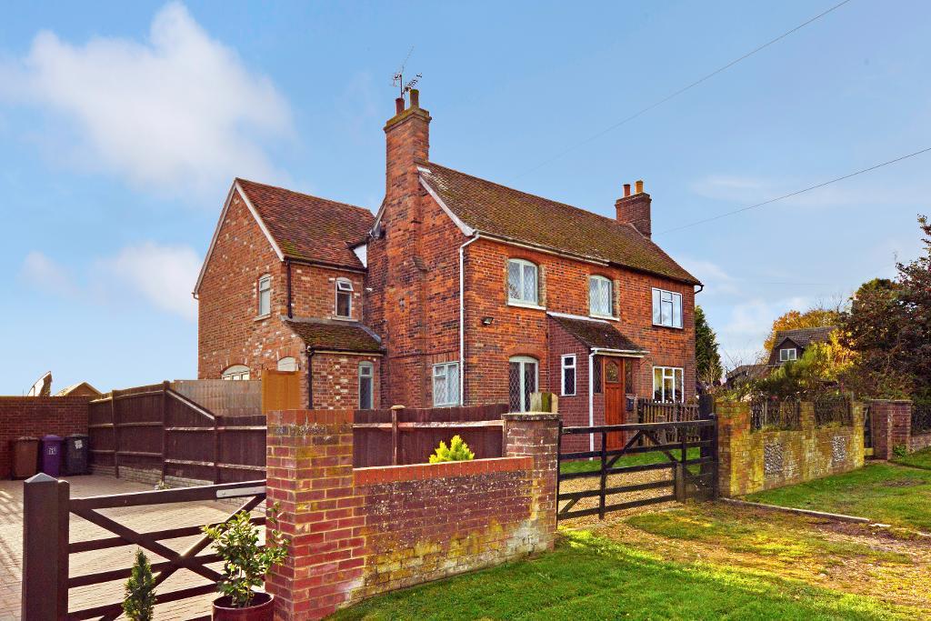 3 Bedrooms Semi Detached House for sale in Mangrove Green, Cockernhoe, Hertfordshire, LU2 8QE