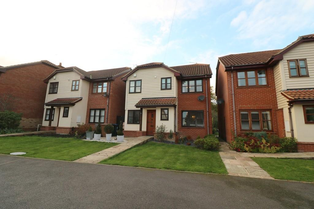 4 Bedrooms Detached House for sale in Bird Court, Colliers End