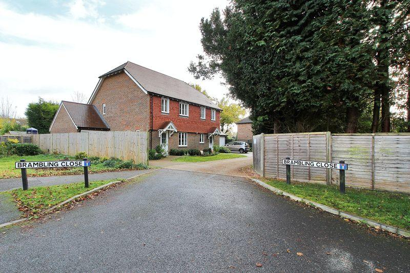 3 Bedrooms Semi Detached House for sale in Brambling Close, Horsham