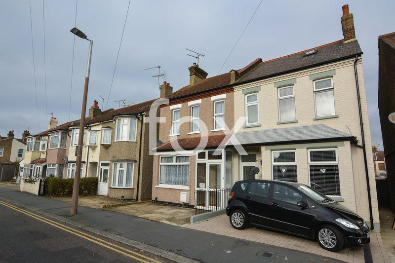 3 Bedrooms Semi Detached House for sale in Central Avenue, Southend-On-Sea