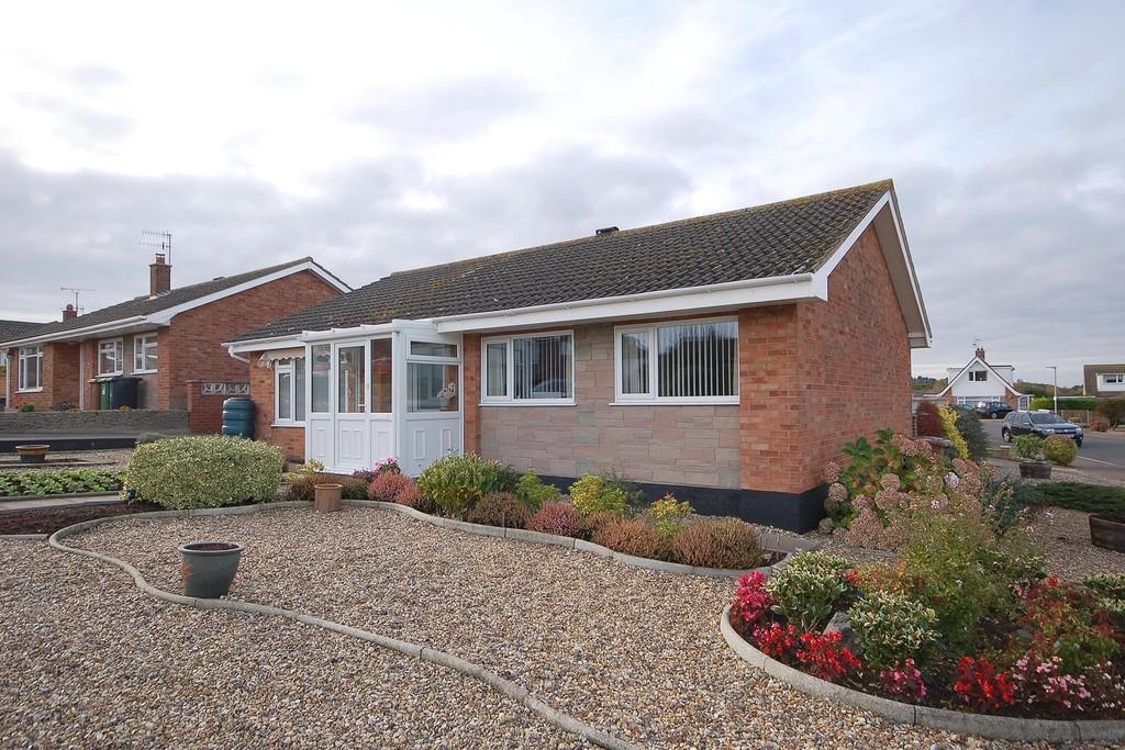 3 Bedrooms Detached Bungalow for sale in Priory Close, Beeston Regis