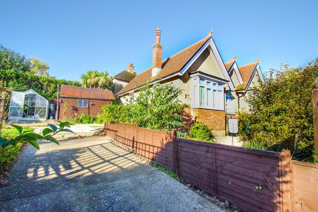 3 Bedrooms Detached Bungalow for sale in Collingwood Road, Shanklin