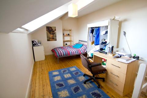 3 bedroom terraced house to rent - Stanmore View, Burley, LS4 2RW