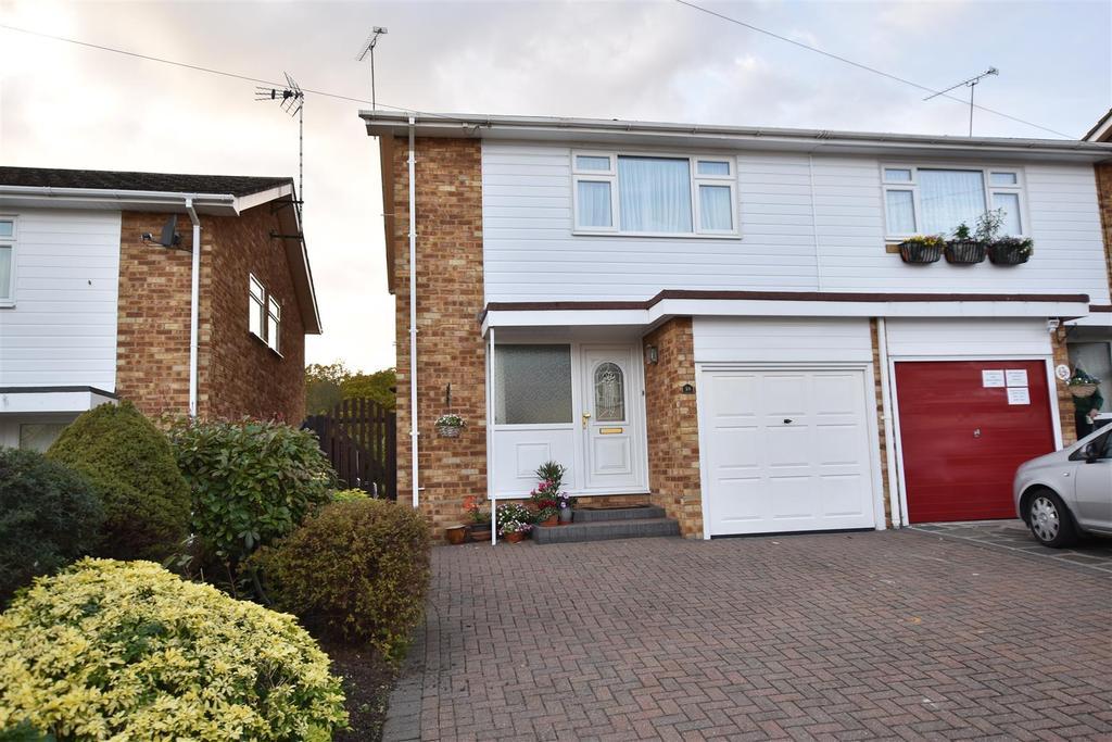3 Bedrooms Semi Detached House for sale in Elizabeth Close, Hockley