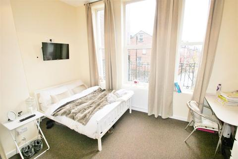 3 bedroom apartment to rent - Victoria Road, Hyde Park, LS6 1DU