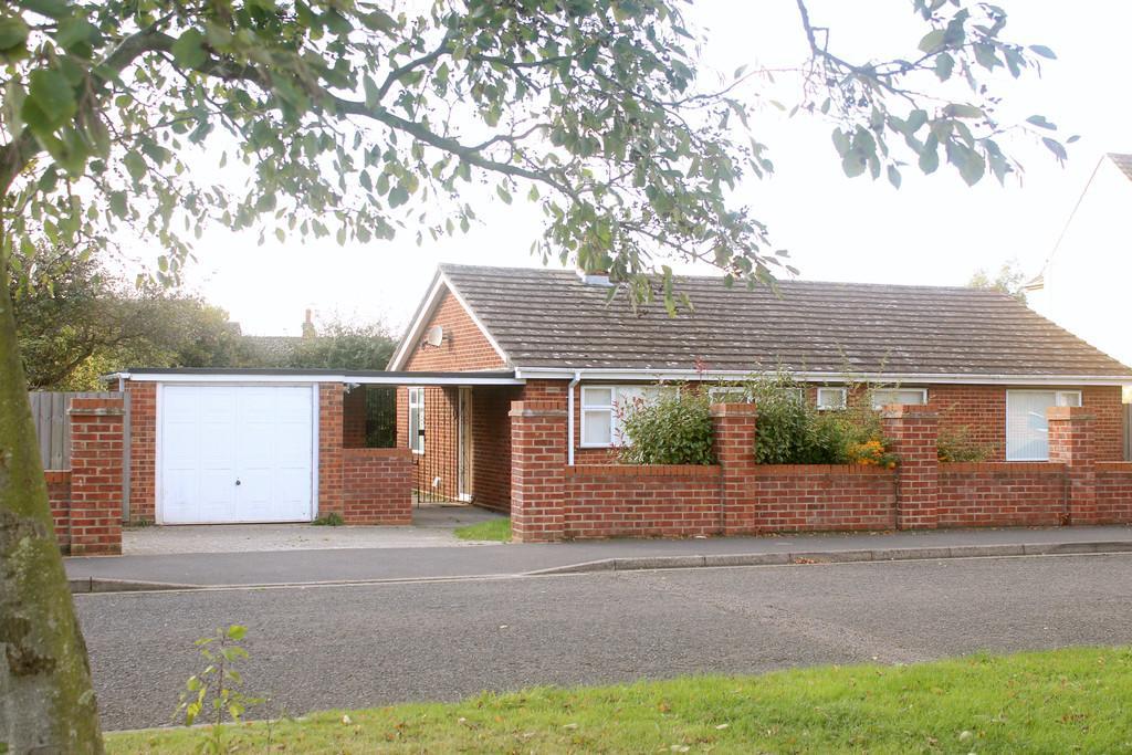 2 Bedrooms Detached Bungalow for sale in Henley Road, Ipswich
