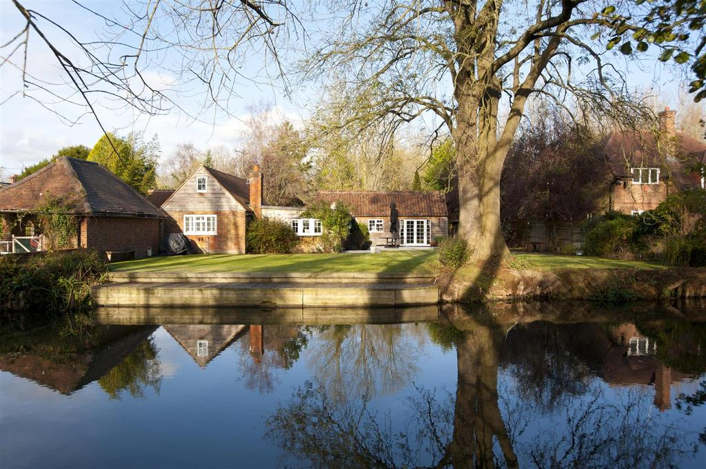 4 Bedrooms Detached House for sale in Station Road, Woolhampton, Reading
