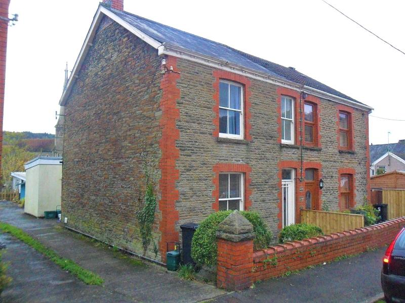 3 Bedrooms Semi Detached House for sale in Quarr Road, Pontardawe, Swansea.