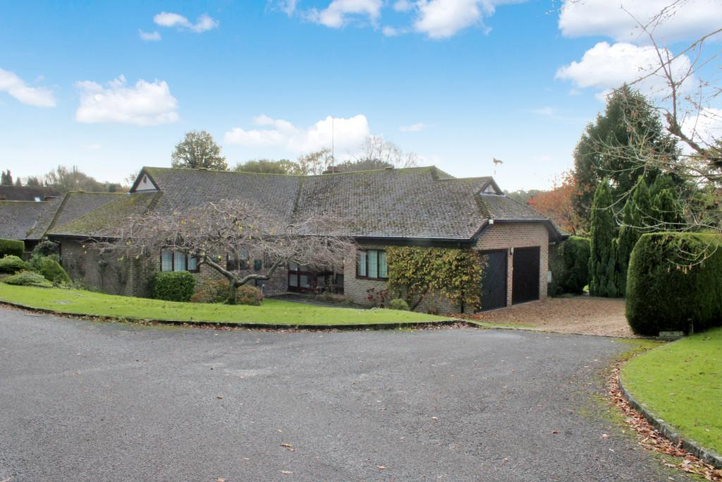 4 Bedrooms Detached Bungalow for sale in Smock Alley, West Chiltington