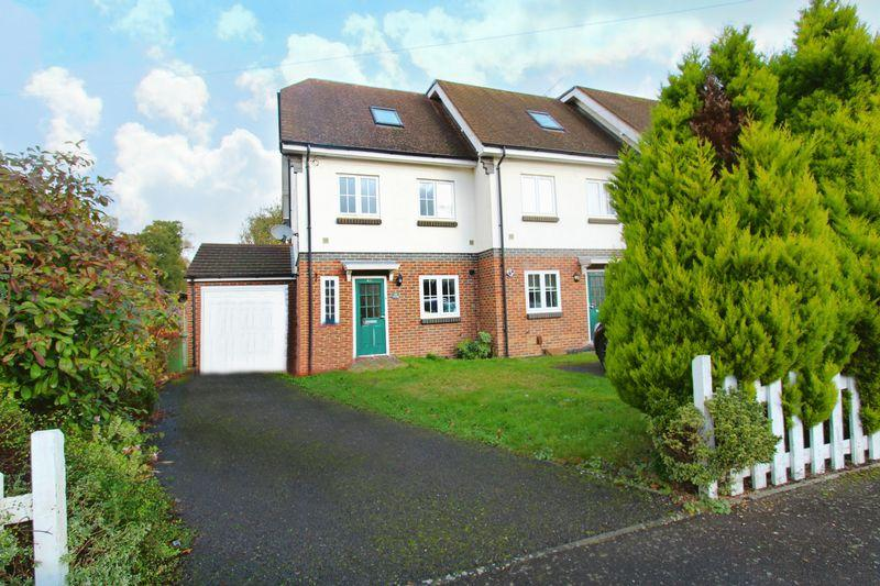 4 Bedrooms End Of Terrace House for sale in Pollards Oak Road, Oxted