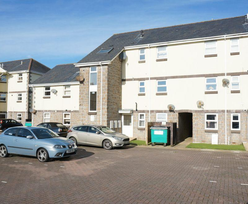 2 Bedrooms Flat for sale in Harris Close, Callington