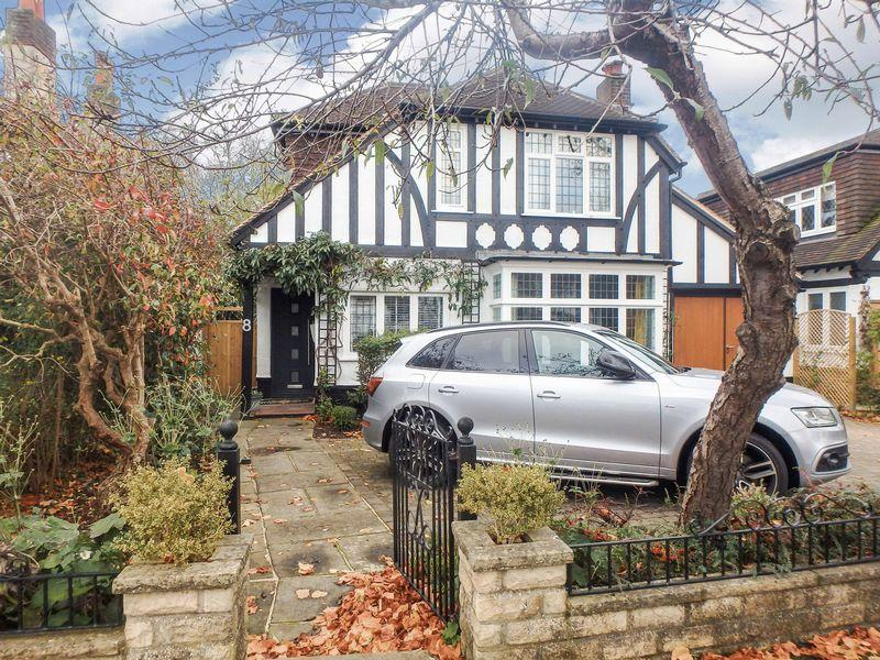 4 Bedrooms Detached House for sale in Dudley Grove, Epsom