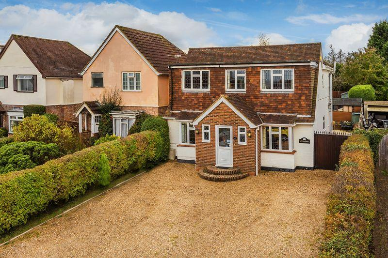 4 Bedrooms Detached House for sale in Bryanstone Avenue, Guildford
