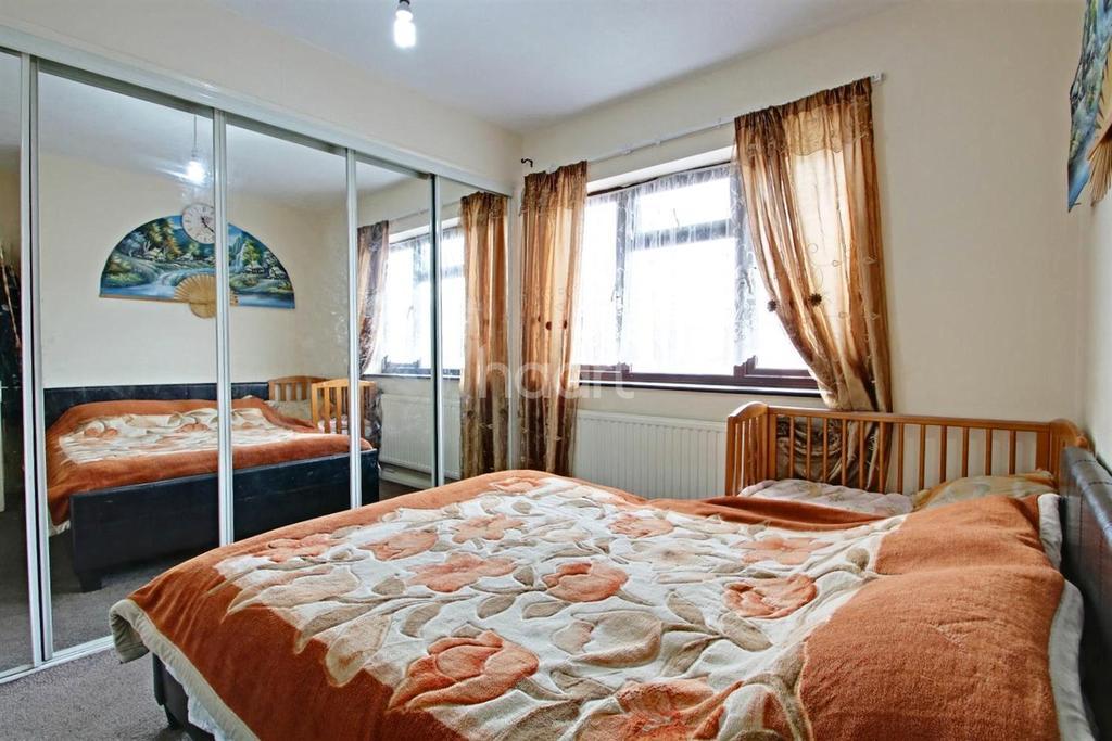 3 Bedrooms Terraced House for sale in Campden Crescent, Dagenham