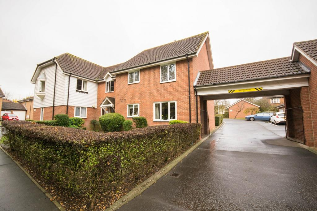 2 Bedrooms Apartment Flat for sale in Trienna Court, Wendover Gardens, Brentwood, Essex, CM13
