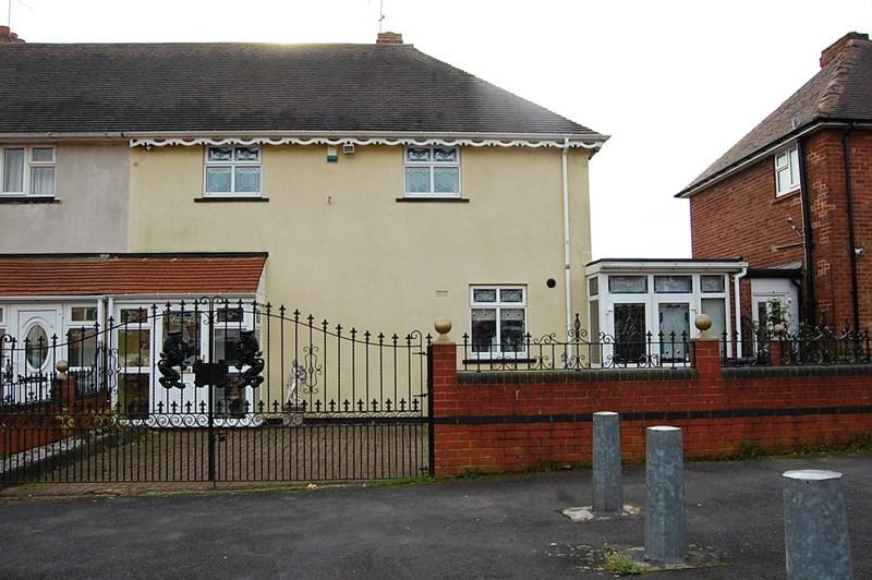 3 Bedrooms Semi Detached House for sale in Boundary Crescent, Dudley
