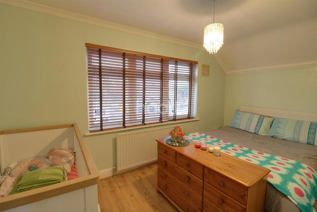 2 Bedrooms Semi Detached House for sale in Ashcroft Road, Chessington, KT9