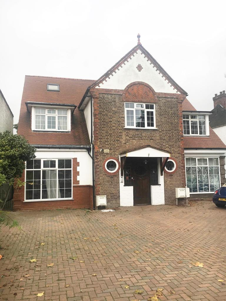 3 Bedrooms Flat for sale in Gunnersbury Avenue, Ealing, London W5