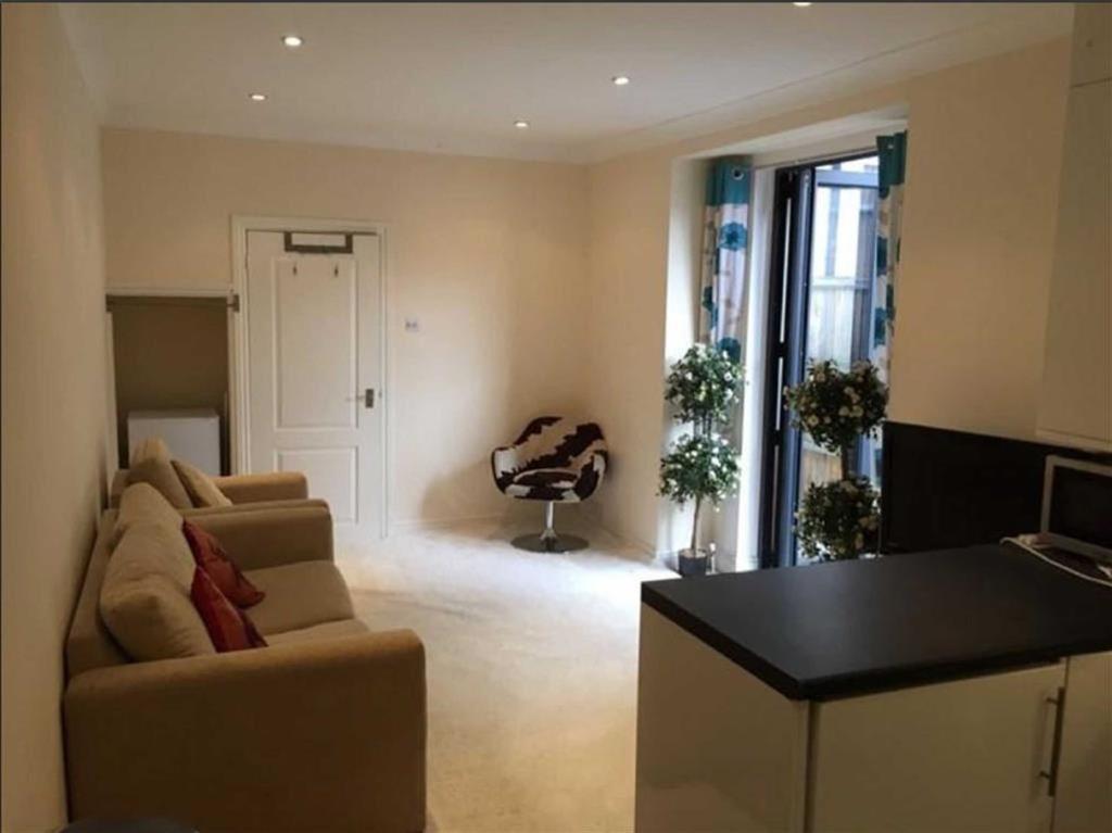 2 Bedrooms Flat for sale in East Barnet Road, New Barnet, Hertfordshire