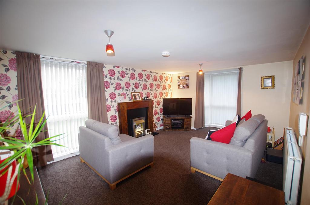 2 Bedrooms Flat for sale in Hartington Court, Elland